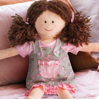 Stoffpuppe Spielzeug nähen Puppe Nähen für Kinder kostenlose Schnittmuster Gratis-Nähanleitung
