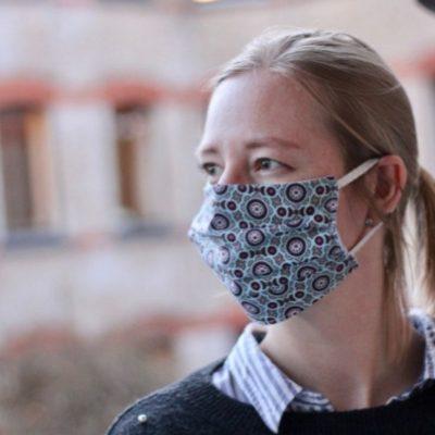 Maske Mund Nasen Schutz in Falten aus einem Stück Corona Covid kostenlose Schnittmuster Gratis-Nähanleitung